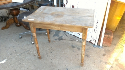 15K24991 SMALL PINE TABLE.jpg