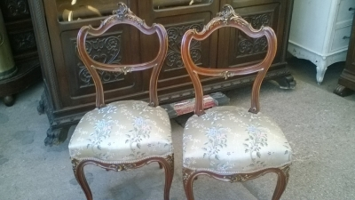 16A10011 PAIR OF LOUIS XV  PARCEL GILT ROSEWOOD SIDE CHAIRS (1).jpg