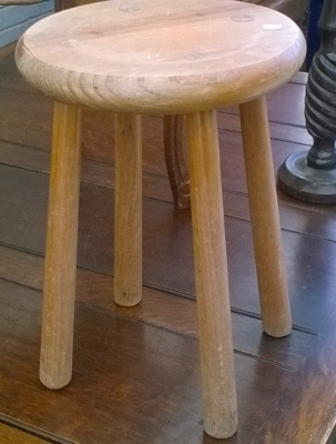16B02009 MILKING STOOL.jpg