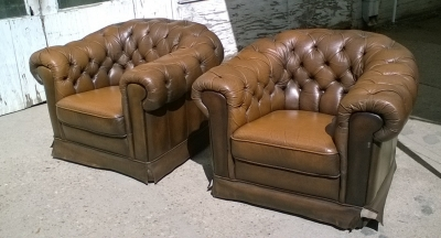 16C04026 PAIR OF BROWN CHESTERFIELD CHAIRS (2).jpg