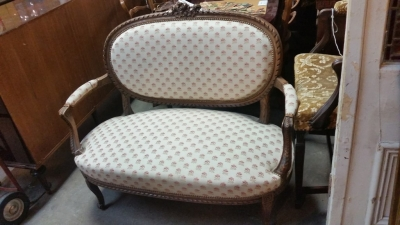 16C04027 OVAL BACK SETTEE WITH ROSES (1).jpg