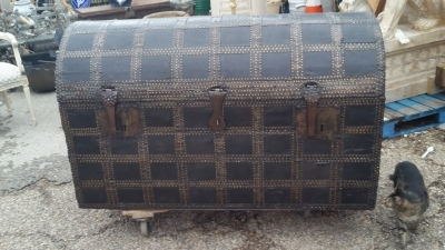 16C04039 LARGE LEATHER TRUNK WITH RED INTERIOR (1).jpg