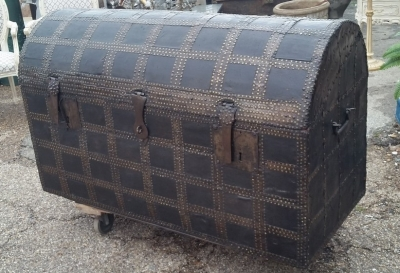 16C04039 LARGE LEATHER TRUNK WITH RED INTERIOR (2).jpg