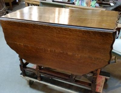16C19010 SCALLOPED EDGE BARLEY TWIST DROPLEAF TABLE.jpg