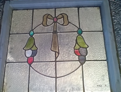 16C19202A WREATH AND BOW STAINED GLASS WINDOW (1).jpg