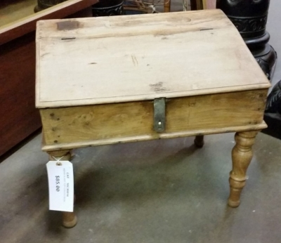 16C30 SMALL CHILDS DESK.jpg
