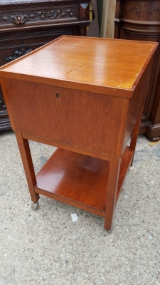 16D08043 SQUARE OAK ROLLING STAND WITH DRAWERS (1).jpg