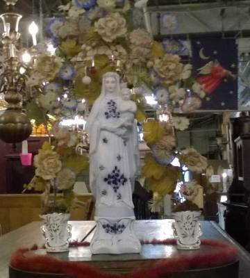 16D08044 PORCELAIN MADONNA WITH DRIED FLOWERS (2).jpg
