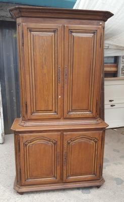 16D15 TALL  OAK 4 DOOR SHAPED PANEL CABINET (2).jpg
