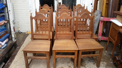 16E08030 SET OF 6 ARCHED ROSETTE CARVED SPINDLE BACK OAK CHAIRS.jpg