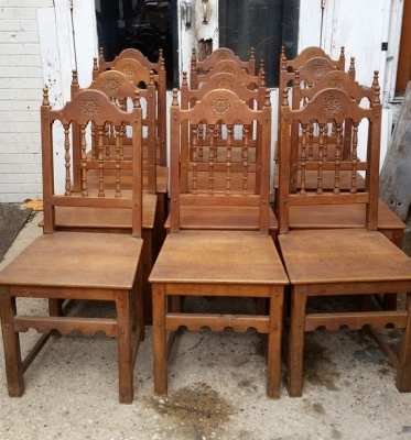 16E08030A SET OF 6 ARCHED ROSETTE CARVED SPINDLE BACK OAK CHAIRS.jpg