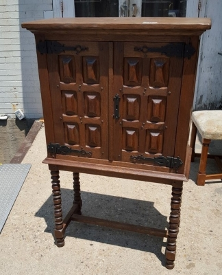 16G01039 SMALL SPANISH STYLE CABINET ON LEGS (2).jpg