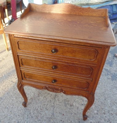 14A01004 SMALL CHEST WITH RAIL.JPG