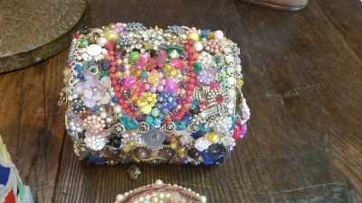 16G28101 AND 5 JEWELED BOXES (1).jpg