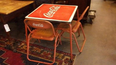 16H08 VINTAGE COCA COLA TABLE AND 4 CHAIRS (1).jpg