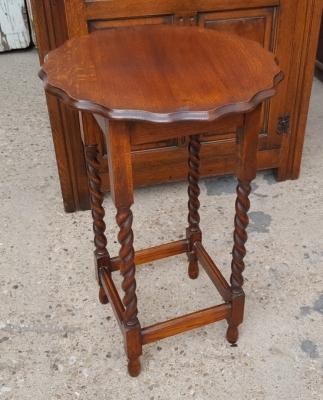 16I02071 ROUND BARLEY TWIST TABLE WITH SCALLOPED EDGE.jpg