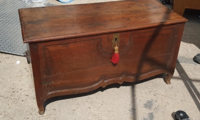 16I15037 SMALL COFFER WITH CABRIOLE LEGS.jpg