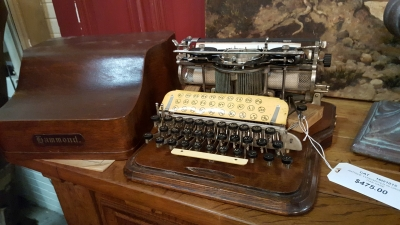 16I21015 ANTIQUE TYPEWRITER IN OAK CASE (1).jpg