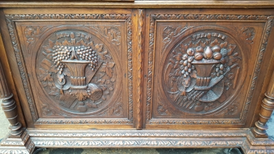 17A01 BEAUTIFULLY CARVED OAK HUNTBOARD (4).jpg