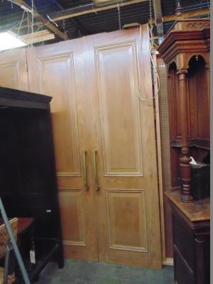 13G01286 PAIR OF LARGE BRASS HINGES PINE DOORS.JPG