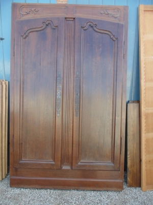 14B15026 PAIR OF PEGGED DOORS IN FRAME (1)