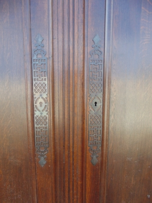 14B15026 PAIR OF PEGGED DOORS IN FRAME (2)