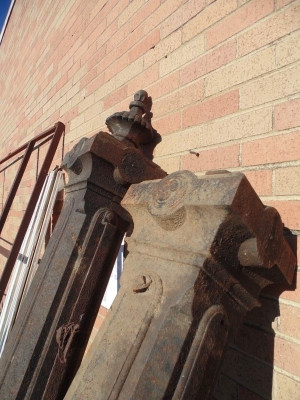 13L17015SET OF 3 HUGE IRON POST WITH FINIALS (4)