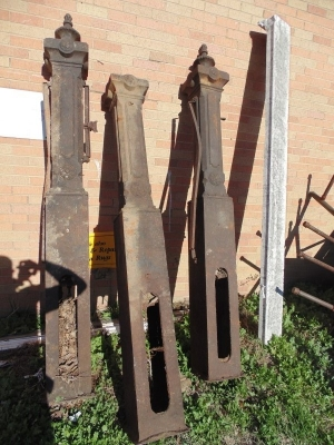 13L17015SET OF 3 HUGE IRON POST WITH FINIALS (6)