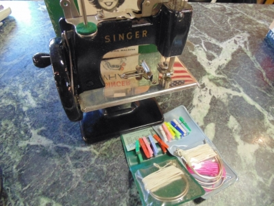 14C17341  TOY SINGER SEWING MACHINE AND ORIGINAL BOX(6)