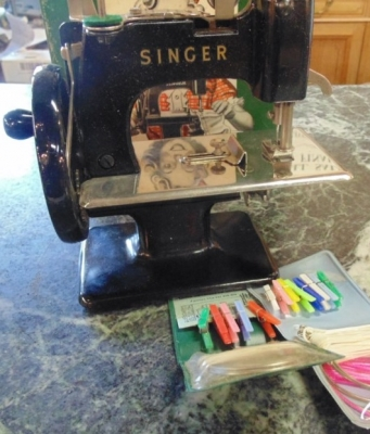 14C17341  TOY SINGER SEWING MACHINE AND ORIGINAL BOX(7)