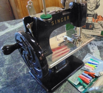 14C17341  TOY SINGER SEWING MACHINE AND ORIGINAL BOX(8)