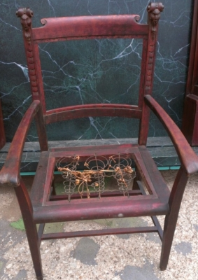 14F23605 ANTIQUE CHAIR WITH CARVED HEAD ELEMENTS
