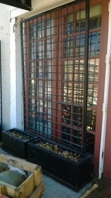 15C26 WIDE IRON TRELLIS WITH PLANTER BOX.jpg