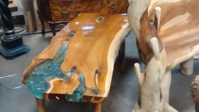15E11001 COFFEE TABLE OR BENCH WITH DECORATIVE RESIN INSET .jpg