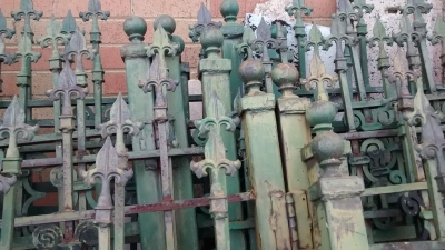 15E21101 SET OF GREEN IRON FENCING (2).jpg