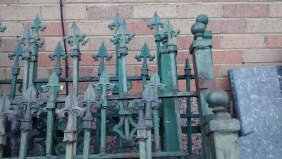15E21101 SET OF GREEN IRON FENCING (3).jpg