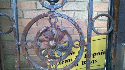 15F10914 PAIR OF IRON DOORS WITH 4 ROSETTES (2).jpg