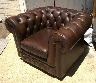 15H08 BROWN LEATHER CHESTERFIELD CHAIR.jpg