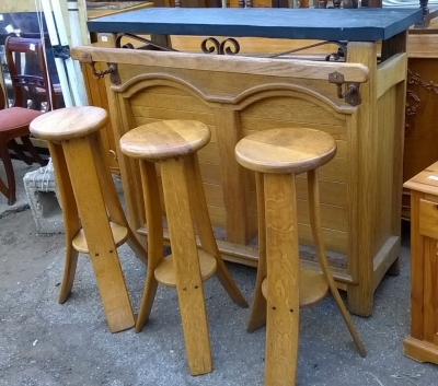 15H08 OAK BAR WITH BAR STOOLS (3).jpg