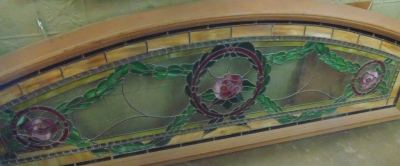 14D07 LARGE STAINED GLASS WITH WREATH AND FLOWERS
