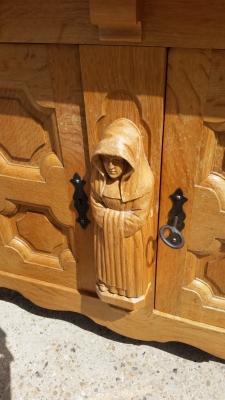 15I03 CARVED OAK MONK SERVER (3).jpg
