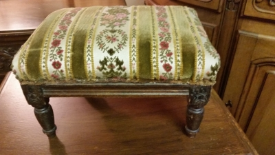 15I03 SMALL ENGLISH STOOL.jpg