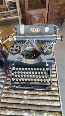 15I03 TYPEWRITER.jpg