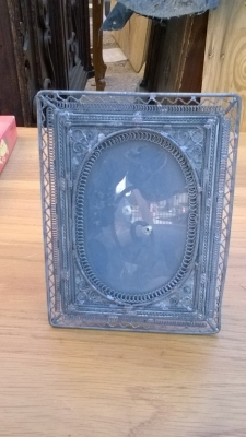 15K24665 SMALL METAL FRAME WITH OVAL PICTURE.jpg