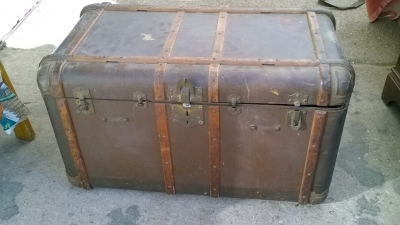 15K24701 METAL TRUNK WITH WOOD BANDS.jpg